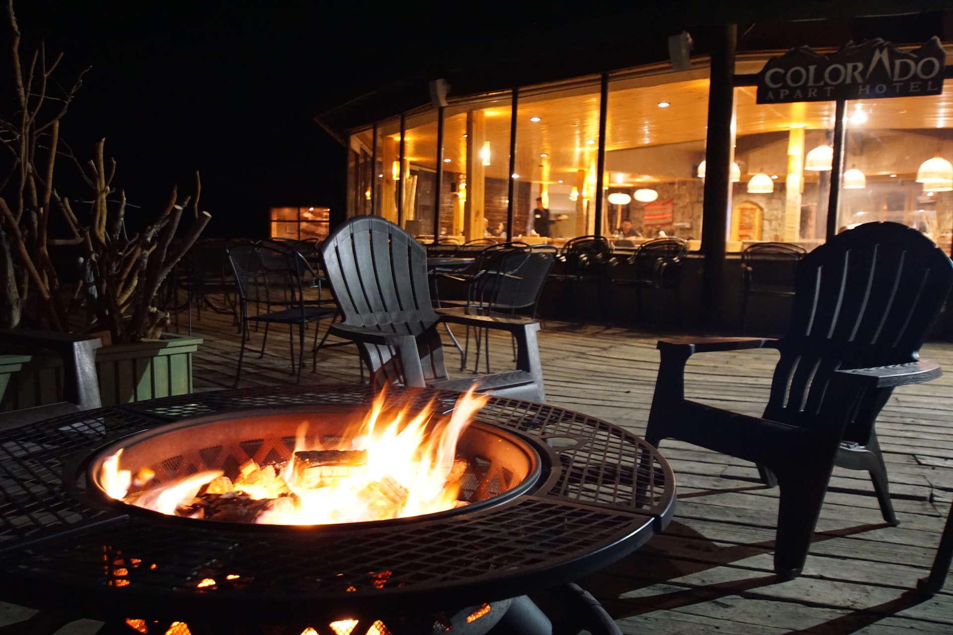 Restaurante Noche Fire Pit Colorado Apart Hotel